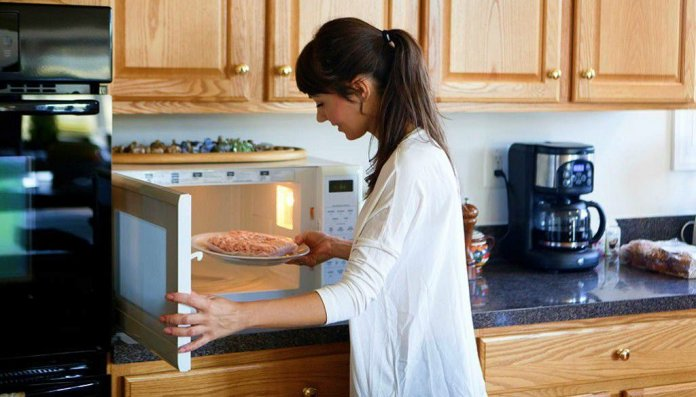 9 MISTAKES TO AVOID WHILE USING A MICROWAVE OVEN